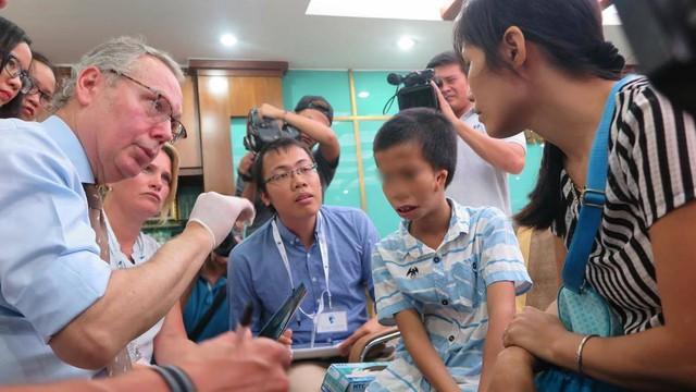 Thăm khám cho một bệnh nhi nghèo mắc dị tật vùng mặt