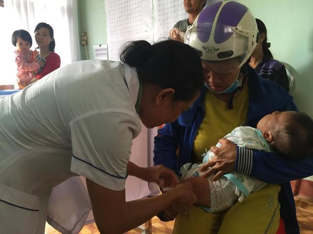 Tiêm vaccine sởi là biện pháp hữu hiệu phòng chống bệnh sởi. Ảnh: V.Thu