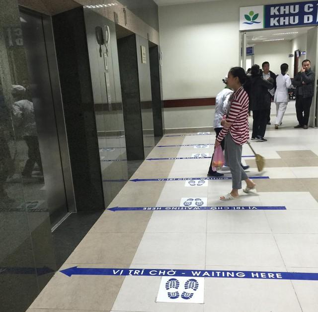 Sảnh chờ thang máy của viện được kẻ vạch rõ, hướng dẫn người bệnh và người nhà vị trí đứng tránh tình trạng lộn xộn, chen lấn.