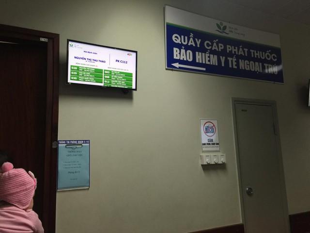 Mỗi ngày BV Nhi Trung ương tiếp nhận hơn 3.000 bệnh nhi tới khám. Cùng với việc đón tiếp, hướng dẫn, phân loại bệnh nhân rõ ràng, đồng bộ, BV còn trang bị Bảng điện tử. Bảng điện tử định danh bệnh nhân được BV gắn trước cửa mỗi phòng khám, ghi rõ 3 thông tin: Họ và tên, ngày tháng năm sinh, giới tính. Bên trái màn hình là bệnh nhân cần đưa vào khám; bên phải là số bệnh nhân đi làm xét nghiệm, đang đợi xét nghiệm và quay lại khám lại. Bệnh nhân luôn có thông tin để theo dõi.
