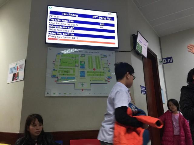 Màn hình điện tử lớn được gắn nhiều nơi tại khu nhà Cấp cứu - Chống độc (nhà mới), kết nối với tất cả khoa phòng trong viện. Với hệ thống này, bệnh nhân được theo dõi thông tin của mình, không phải mất công di chuyển nhiều.