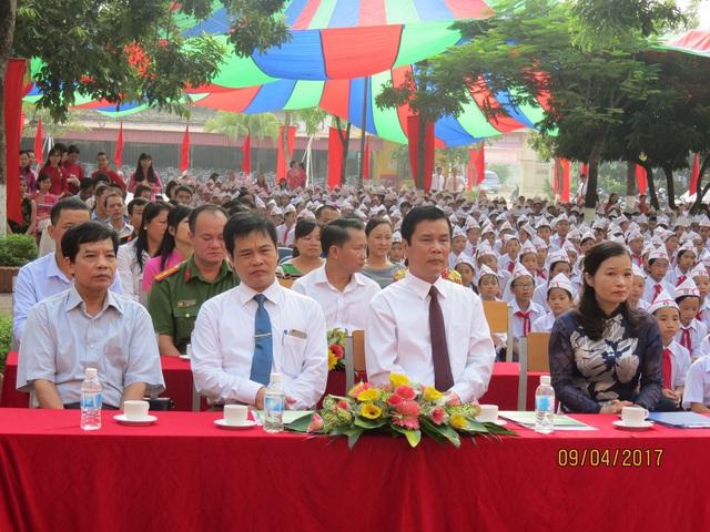 Tham dự lễ có ông Lê Văn Thư, Bí thư quận ủy, đại diện văn phòng quận ủy và ông Nguyễn Hữu Hải, Phó Trưởng phòng GD&ĐT quận.