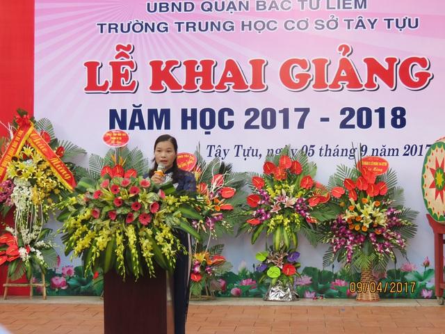 Cô Đặng Thị Kim Thành - Hiệu trưởng trường THCS Tây Tựu đọc diễn văn trong Lễ khai giảng năm học mới 2017 - 2018.