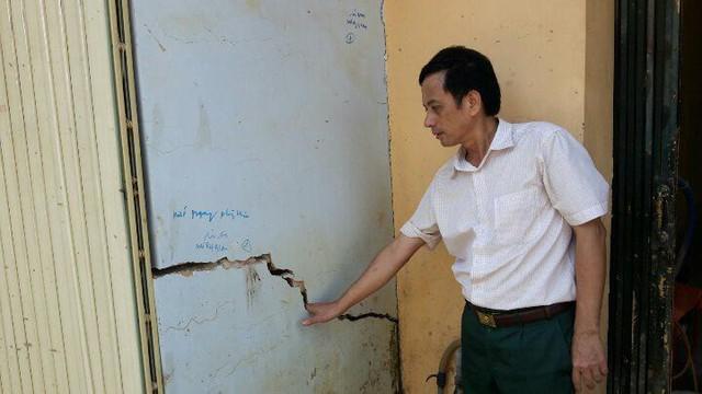Toàn bộ tường nhà anh Hoàng Đình Hào (Liên Cơ 3, xã Nguyệt Ấn) bị nứt và có nguy cơ đổ sập bất kỳ lúc nào. Ảnh: Ngọc Hưng