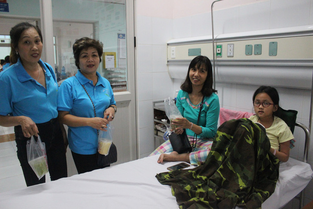 Chiều thứ 6 hàng tuần, các thành viên trong nhóm có mặt để phát cháo miễn phí tại bệnh viện Nhi Hà Nội