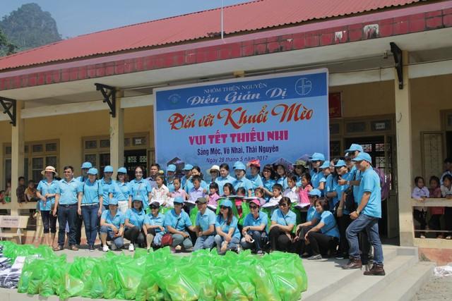 Các thành viên của nhóm vui tết thiếu nhi với trẻ em khó khăn tại Thái Nguyên