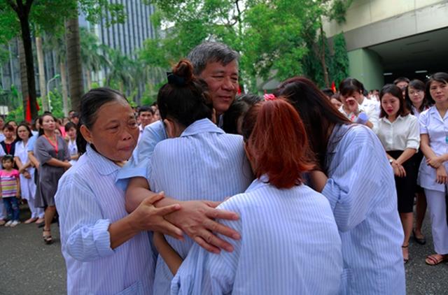 GS.TS Nguyễn Anh Trí trong vòng tay yêu thương của rất nhiều bệnh nhân mắc bệnh lý về máu, ngày chia tay. Ảnh: TL