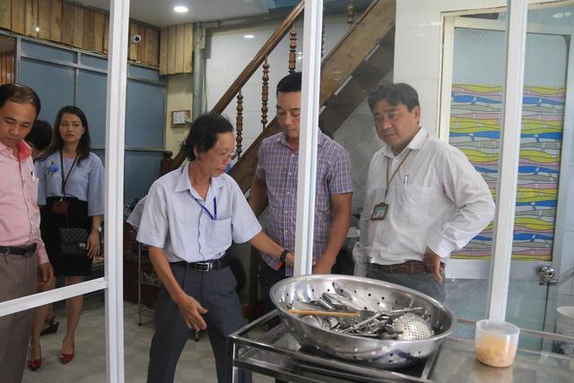 Cơ quan chức năng phun thuốc tẩy trùng tại quán cơm gà Bà Bụi. Ảnh: Tâm Trí