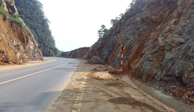 Nhiều khối đá lớn nằm chỏng chơ nhiều ngày trên đường cao tốc BOT Thái Nguyên - Bắc Kạn.