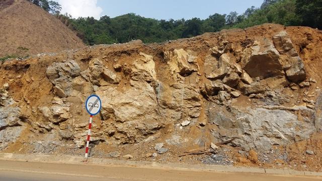 Hàng chục khối đá lớn trực chờ đổ xuống đường gây nguy hiểm cho người tham gia giao thông sẽ được khắc phục trong tháng 6.