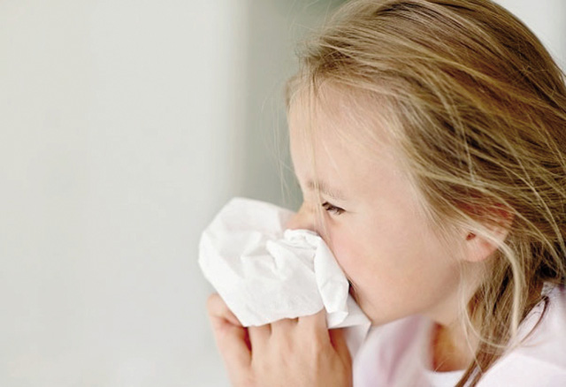 Trẻ dễ bị hắt hơi sổ mũi lúc giao mùa. Ảnh minh họa