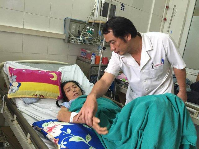 Bác sĩ bệnh viện Bệnh nhiệt đới Trung ương phải hi sinh cả ngày nghỉ phép, tập trung mọi lực lượng cấp cứu, điều trị cho bệnh nhân SXH. Ảnh: V.Thu