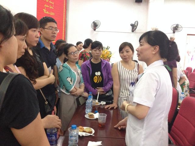 BS Nguyễn Thị Nhã tư vấn, giải đáp các thắc mắc về vô sinh hiếm muộn cho các cặp vợ chồng.