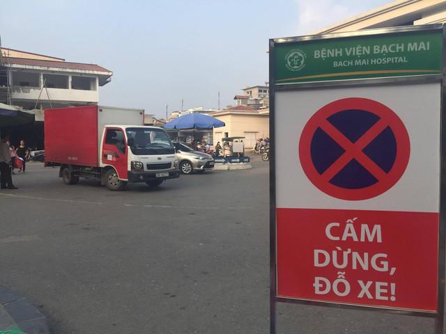 Bệnh viện Bạch Mai kiểm soát chặt các xe cứu thương vào nằm chờ khách trong viện. Ảnh: V. Thu