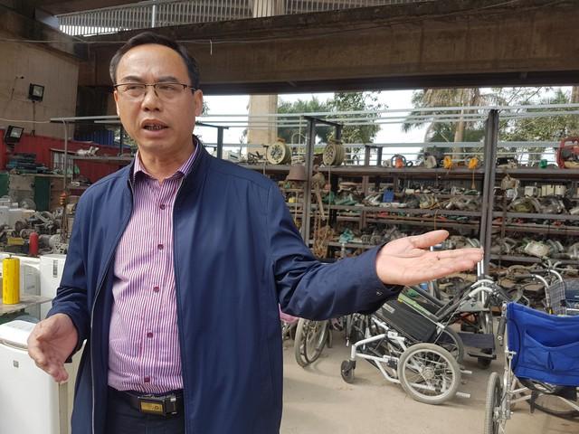 """Ông Lê Minh Khai – PGĐ Cty Hà Thái có mặt tại """"siêu thị đồ cũ Nhật"""" sáng 7/12.     Ảnh: PV"""
