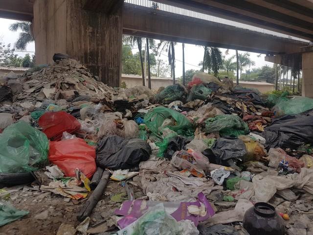 Bãi rác chất đống ở gầm cầu Thăng Long.