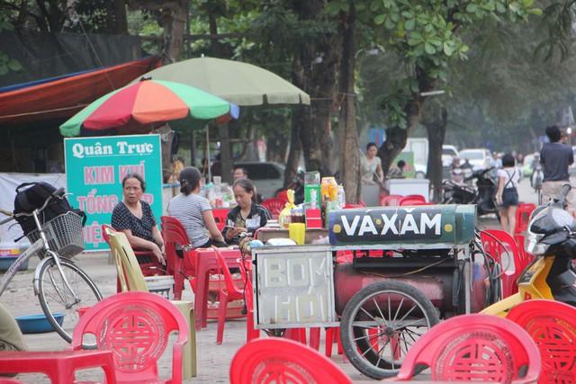Gánh hàng rong ở đường Quang Trung.