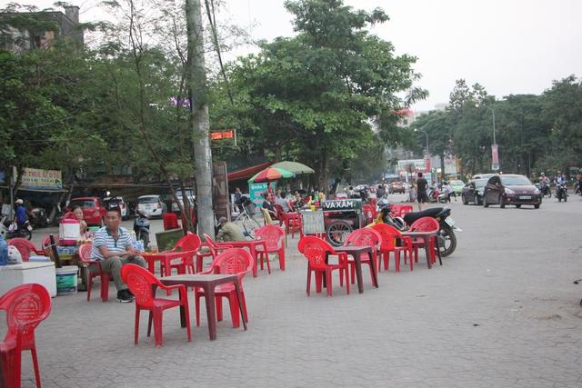 Nhiều quán nhậu ở TP Vinh, lấn chiếm lòng lề đường.