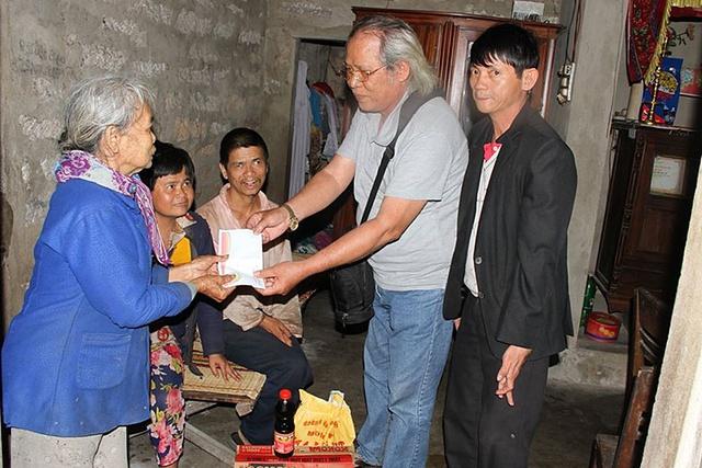 """Anh Trần Phước Ninh (ngoài cùng bên phải) và những người bạn trong quỹ """"Từ thiện kiểu Trần Phước Ninh"""" đến thăm và trao quà cho các hoàn cảnh bất hạnh. Ảnh:TG"""