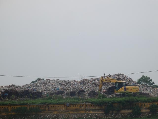 Bãi rác quá tải gây ô nhiễm nghiêm trọng. ẢNh: Ngọc Hưng