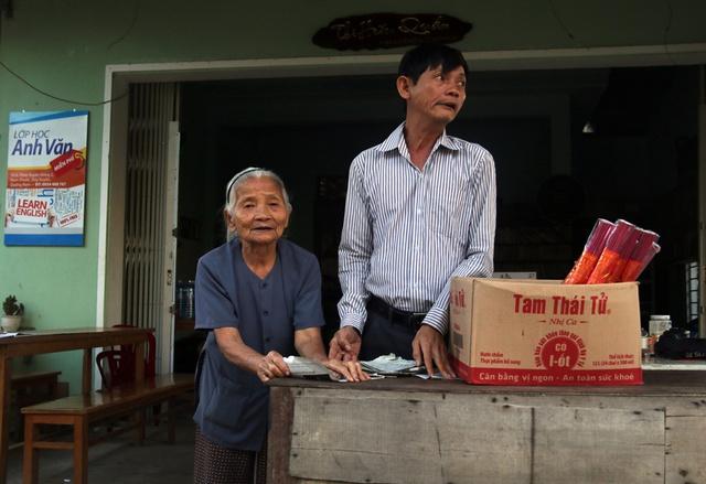 Anh Trần Phước Ninh và người mẹ già ngoài 80 tuổi của mình bán hương để kiếm tiền làm từ thiện.