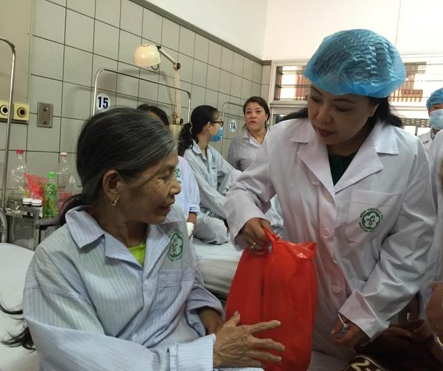 Bộ trưởng Nguyễn Thị Kim Tiến thăm bệnh nhân chạy thận của Bệnh viện Đa khoa Hoà Bình, được chuyển về Bệnh viện Bạch Mai. Ảnh: Võ Thu