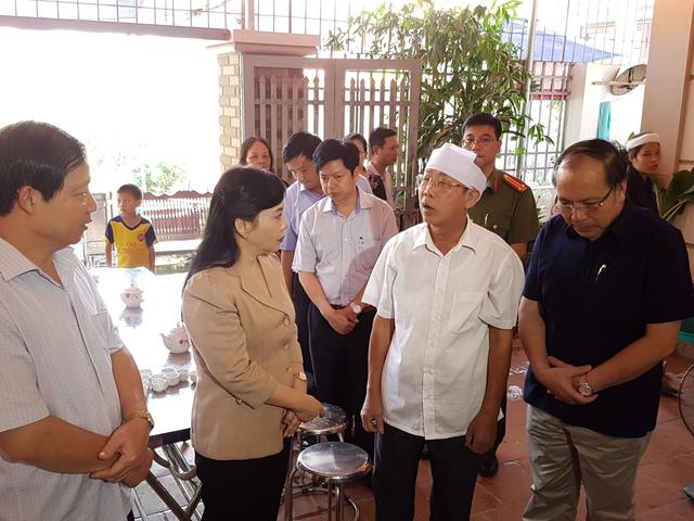 Bộ trưởng Nguyễn Thị Kim Tiến thăm gia đình có thân nhân tử vong khi chạy thận ở Hòa Bình. Ảnh: Võ Thu
