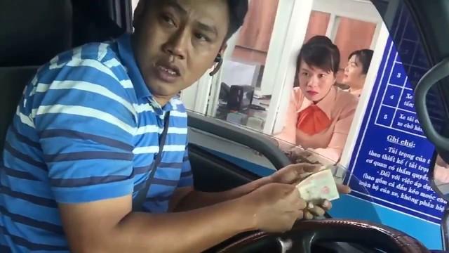 Tài xế dùng tiền lẻ để phản đối mức thu phí tại trạm BOT Cai Lậy, Tiền Giang. ảnh: T.G