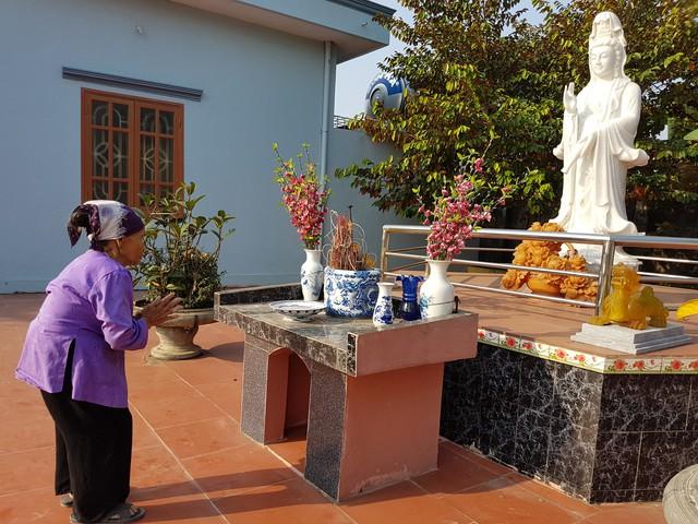 Cụ Phạm Thị Hót vái lạy tượng Phật Bà Quan âm cầu xin cho những người cụ gặp hôm nay bình an, mạnh khoẻ. Ảnh:B.L