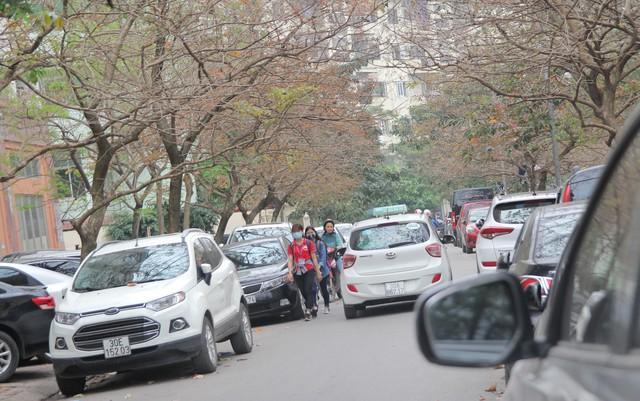 Nhiều bãi đỗ xe quây kín cụm chung cư tái định cư của phường Dịch Vọng Hậu (quận Cầu Giấy) khiến giao thông ùn ứ.