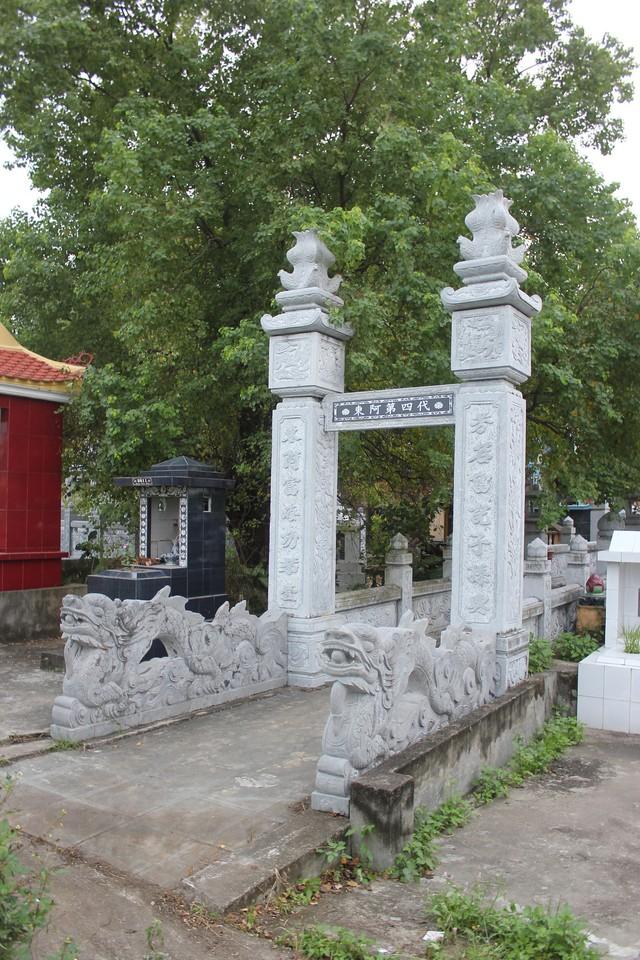Khu mộ của bà N bị đối tượng đào trộm. Ảnh: M.Lý