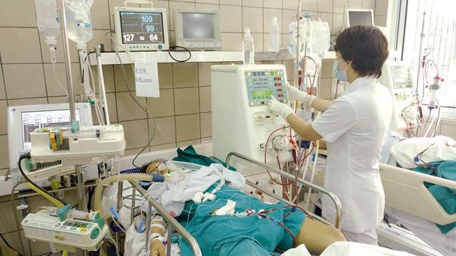 Điều trị bệnh nhân ngộ độc rượu ở Trung tâm Chống độc, Bệnh viện Bạch Mai. Ảnh: V.Thu
