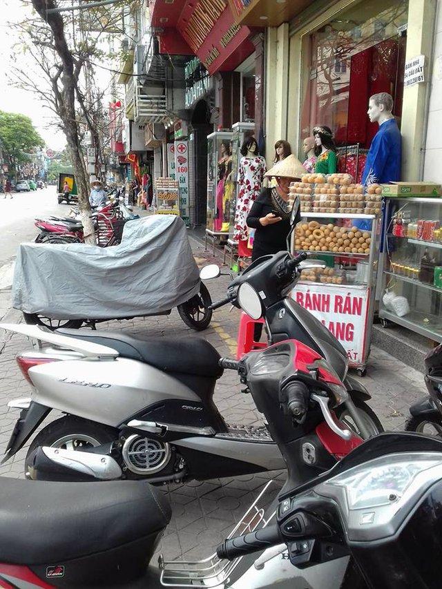 Người bán hàng vẫn ngang nhiên kinh doanh trên vỉa hè đường Cầu Đất. ảnh: Minh Lý
