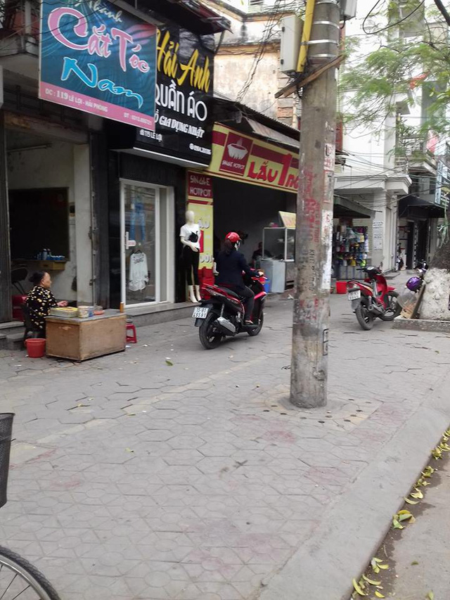 Người và xe ngang nhiên đi trên vỉa hè đường Lê Lợi.