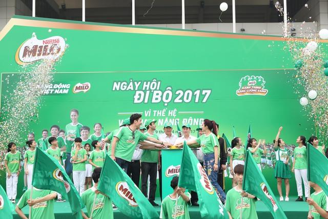 Đại diện Bộ GD-ĐT, Sở GD-ĐT Hà Nội và các khách mời nhấn nút tín hiệu cam kết đồng hành góp phần phát triển phong trào thể thao học đường cho học sinh Việt Nam.