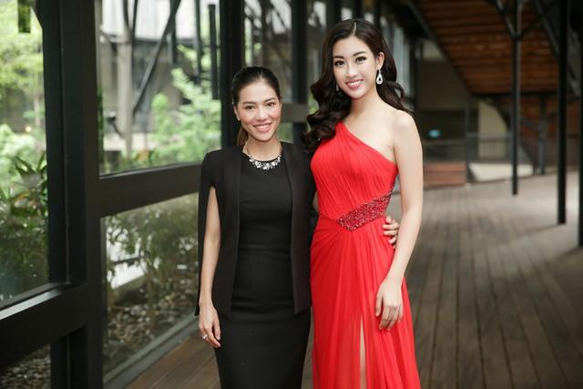 Mỹ Linh và Phạm Kim Dung – Chủ tịch hội đồng quản trị Công ty giải trí Sen Vàng