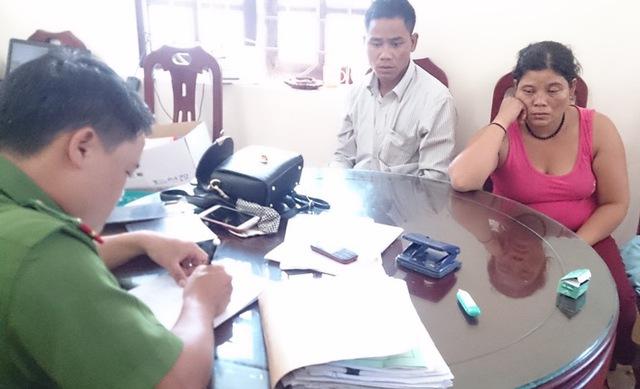 Hai vợ chồng Ven Văn Hiệp và Moong Thị Chiên tại cơ quan công an.