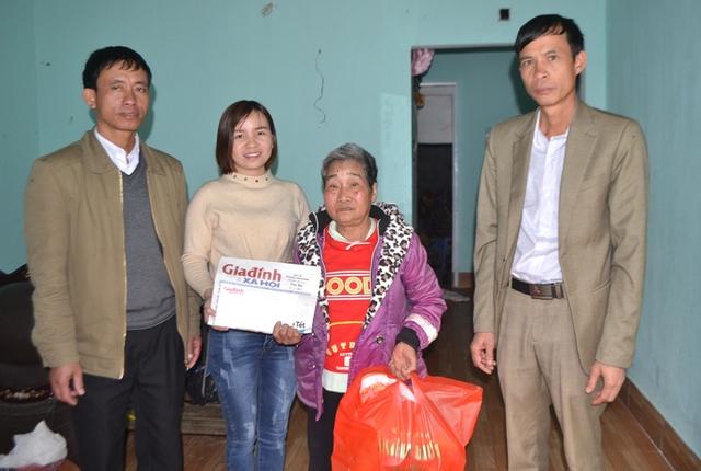 PV Phương Thuận - đại diện Chuyên mục Vòng tay nhân ái Báo GĐ&XH trao số tiền 12 triệu đồng và quà của bạn đọc cho gia đình bà Xuân. Ảnh: Đ.Tuỳ