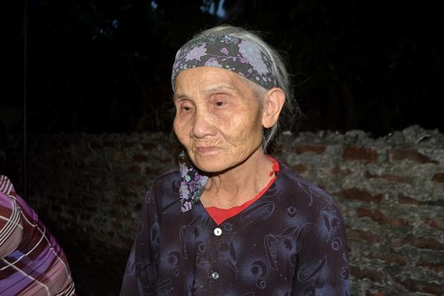 Cụ Nguyễn Thị Chằm (hơn 80 tuổi, mẹ nạn nhân) luôn gào khóc trong những ngày con trai mất tích. Ảnh: Đ.Tuỳ