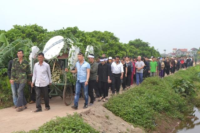 Hàng trăm người dân xã Tân Dân đã đưa quan tài cháu Linh về nơi an táng. Ảnh: Đ.Tuỳ