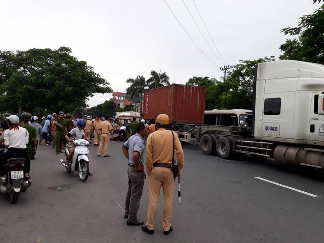 Lực lượng CSGT đã có mặt kịp thời để phân luồng giao thông và điều tra nguyên nhân vụ tai nạn.