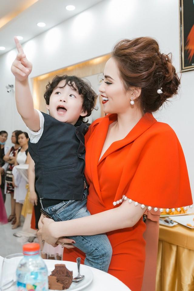 Con trai của Hoa hậu thu hút nhiều sự chú ý nhờ vẻ đáng yêu, ngộ nghĩnh