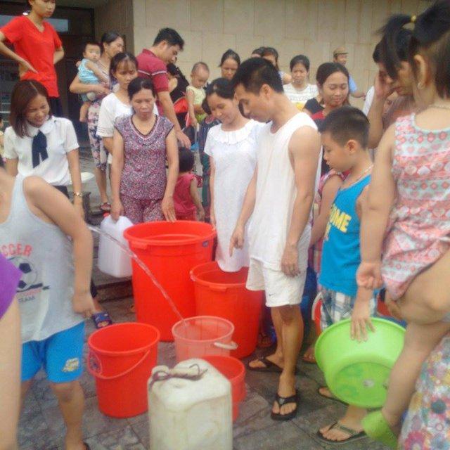 Mỗi gia đình chỉ được 1 đến 2 xô vì nước có hạn. Ảnh:HP