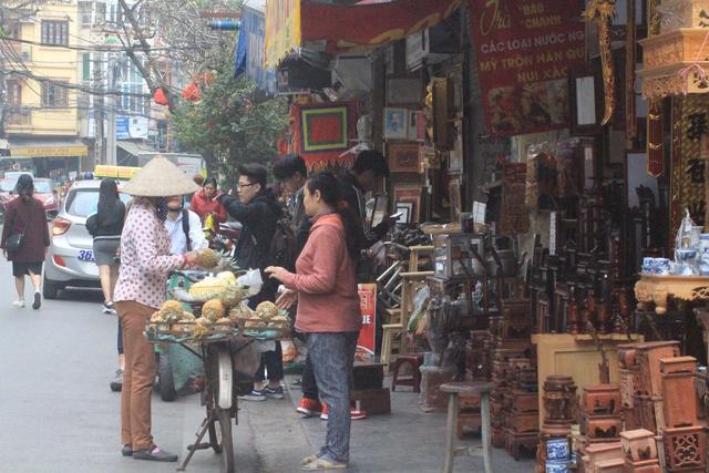 Hàng hóa tràn ngập vỉa hè đẩy người bán rong xuống lòng đường.