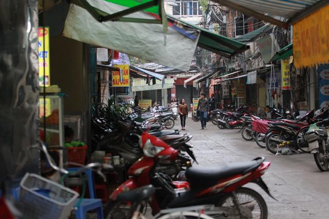 Đường Ao Sen (quận Hà Đông) như chưa từng có đợt ra quân dẹp vỉa hè. Ảnh: H.Phương