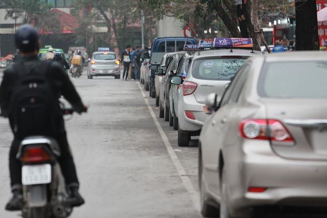 Ôtô phải đỗ dưới lòng đường Nguyễn Khuyến (quận Hà Đông). Ảnh: H.Phương