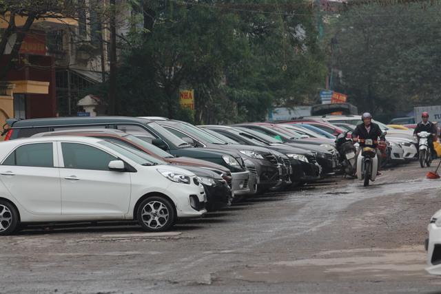Điểm đỗ xe đường Hào Nam trong tình trạng quá tải. Ảnh: H.Phương