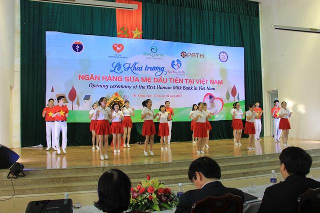 Biểu diễn văn nghệ tại buổi khai trương ngân hàng sữa mẹ đầu tiên của Việt Nam. Ảnh: Đức Hoàng