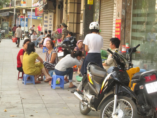 Khu vực phố cổ Hà Nội mặc dù không gian cho người đi bộ đã được ưu tiên nhưng vẫn có những hàng quán lấn vỉa hè như thế này.