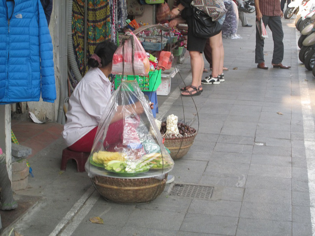 Vạch kẻ đường đã phân chia diện tích dành cho người đi bộ nhưng nhiều gánh hàng rong vẫn dừng chân bán hàng.